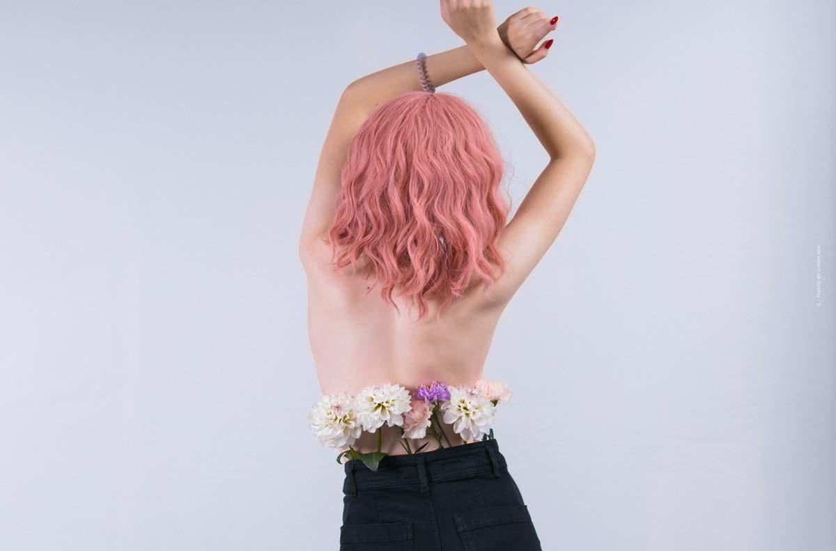 Ella Stoller: Virtuell modell och digital influencer med rosa hår och individuell styling.